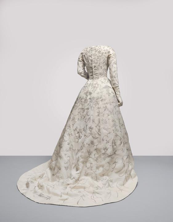 vestidos de novia de balenciaga | disfrutando con los preparativos